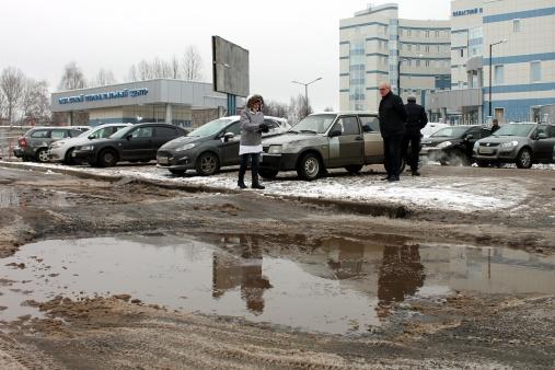 Подъезды ко многим ярославским больницам в ямах и лужах