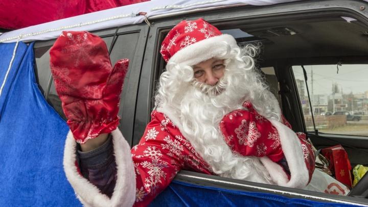 Сигналят, радуются, фотографируют: по Волгограду и Волжскому проехал Дед Мороз в санях
