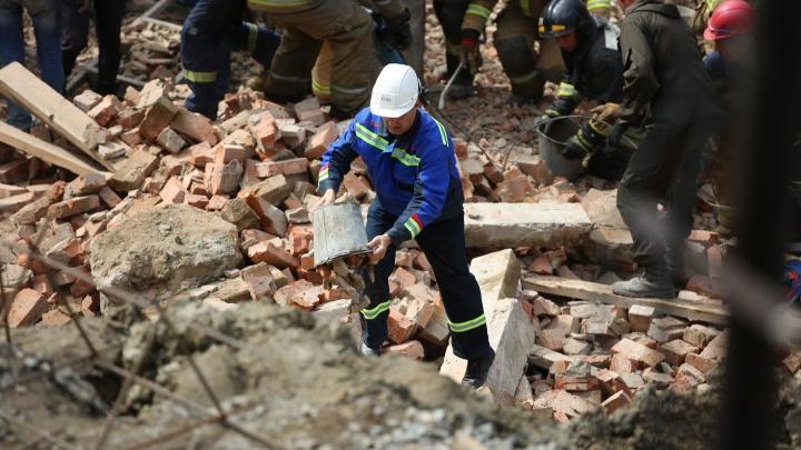 ЧП на Ударной: фото со стройки, где рабочих завалило обломками стены