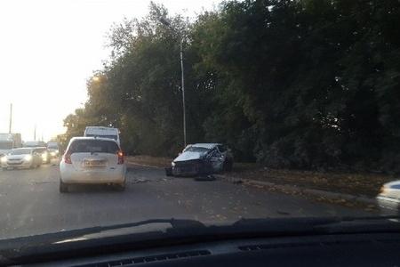 После аварии легковой автомобиль оказался на обочине