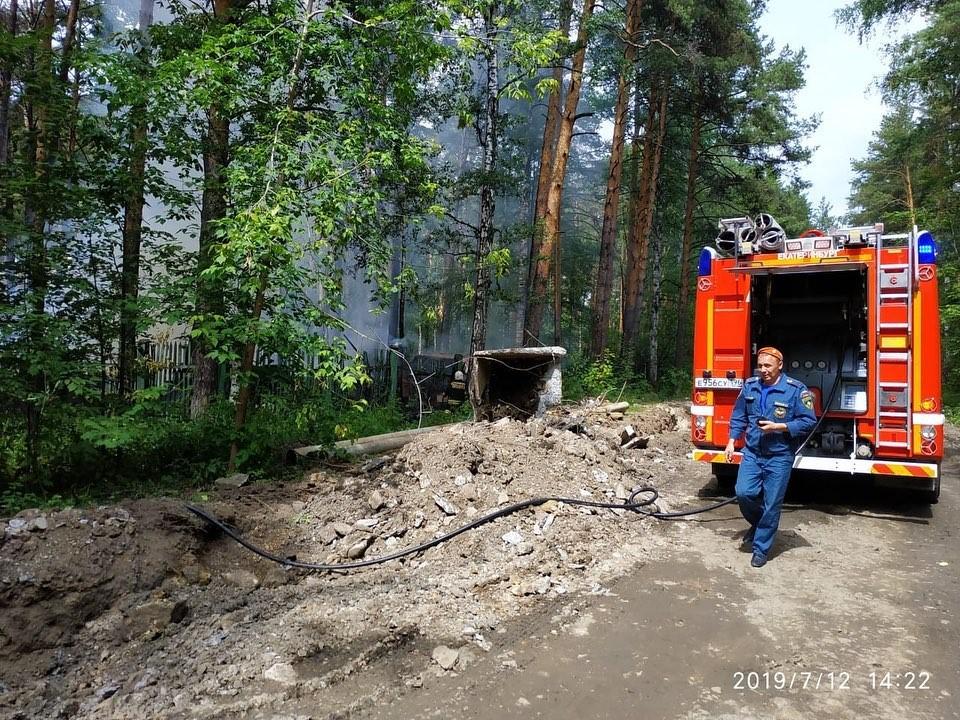 «Дым виден из центра»: в Шарташском лесопарке загорелась заброшенная генеральская дача