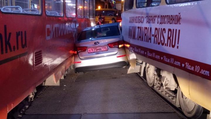 «Водитель сидит в машине»: на перекрестке 8 Марта и Радищева легковушку зажало между двумя трамваями