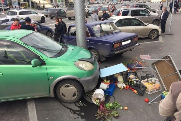 Авария случилась недалеко от входа на станцию метро «Золотая Нива» в 17:00, рядом с ТЦ «Голден Филд»