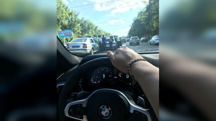 Скрутили прямо на дороге: в Уфе полиция заковала в наручники вора