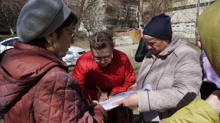 Жители Грибоедовского переулка в Ростове вышли на акцию протеста против многоуровневой парковки