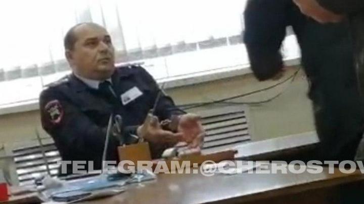 В Гуково двух инспекторов ДПС задержали во время получения взятки