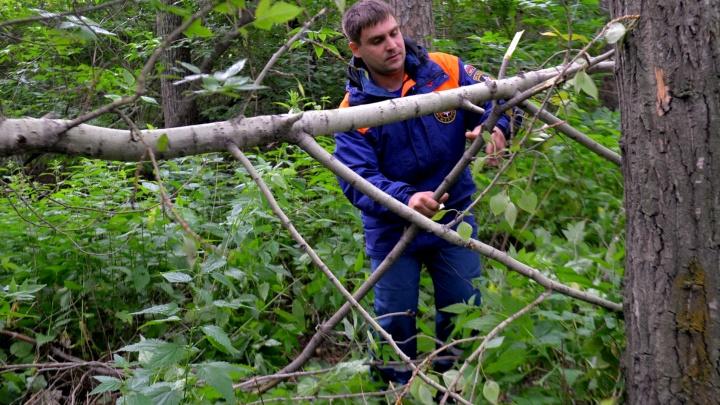 Спасатели МЧС эвакуируют тело туриста, который погиб на перевале Дятлова