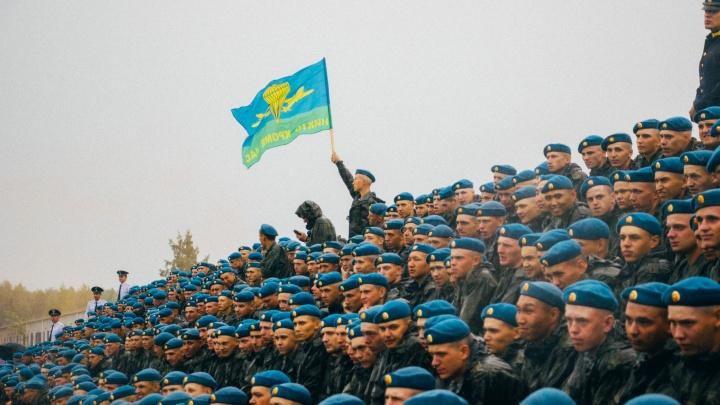 Праздник мокрых десантников: смотрим, как проходит День ВДВ под дождём
