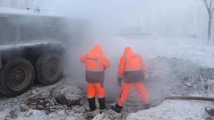 Спасатели помогли двум водителям, увязшим в воде из-за прорыва трубы