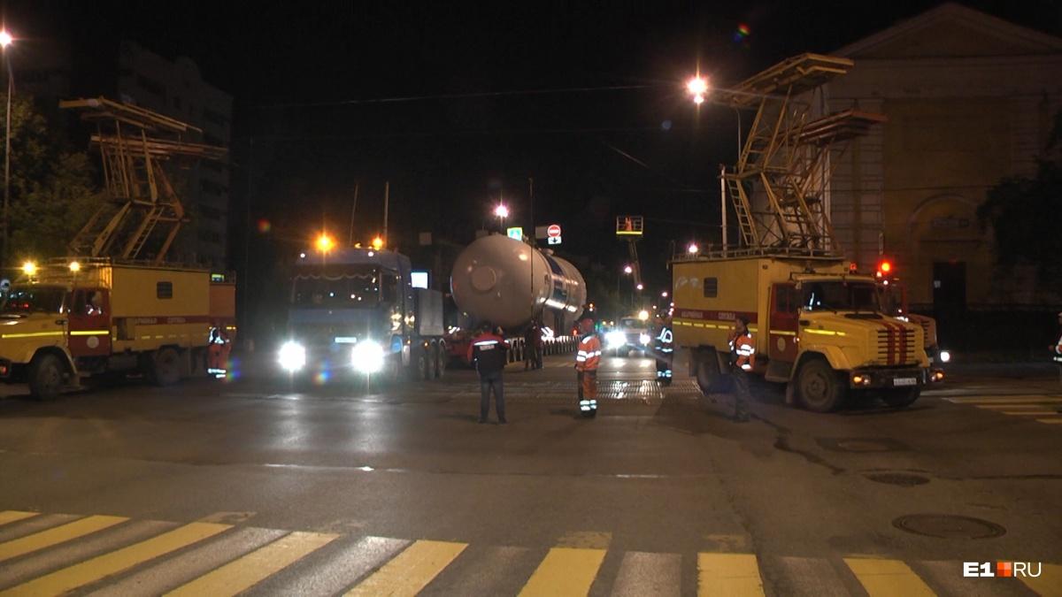 Они всё ещё здесь: по Екатеринбургу снова провезли гигантские адсорберы для Газпрома