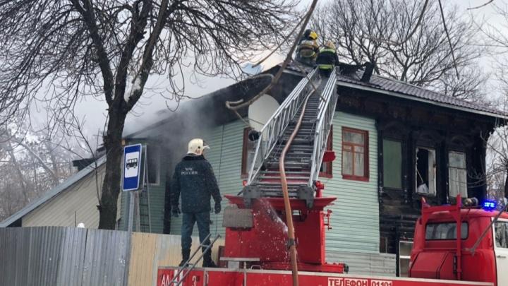 Бросились в полыхающее окно: женщину из горящего дома спасли двое полицейских