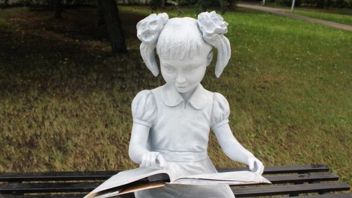 Вандалы испортили скульптуру девочки в парке Якутова