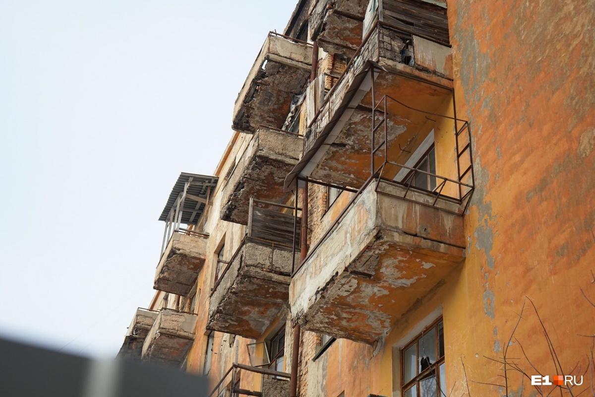 Останется только гора мусора: шестиэтажку на Чапаева начали сносить