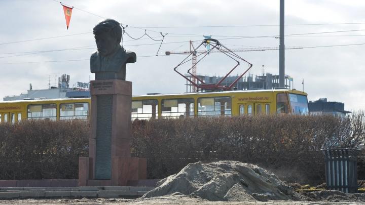С екатеринбургского предпринимателя требуют компенсацию за публикацию фото памятника Мамину-Сибиряку