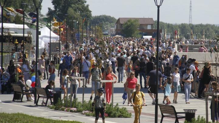 С балалайкой и воздушными шарами: тысячи новосибирцев собрались на Михайловской набережной