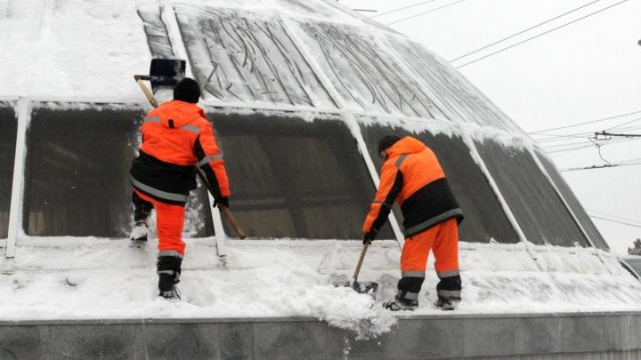 Деревяшки на верёвке и согнутые лопаты: как чистят купол перехода у «Дома Туриста»