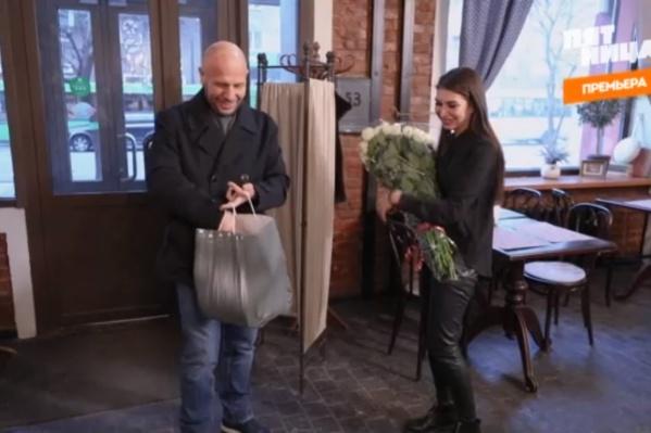 В конце передачи Ващенко преподнес девушке цветы