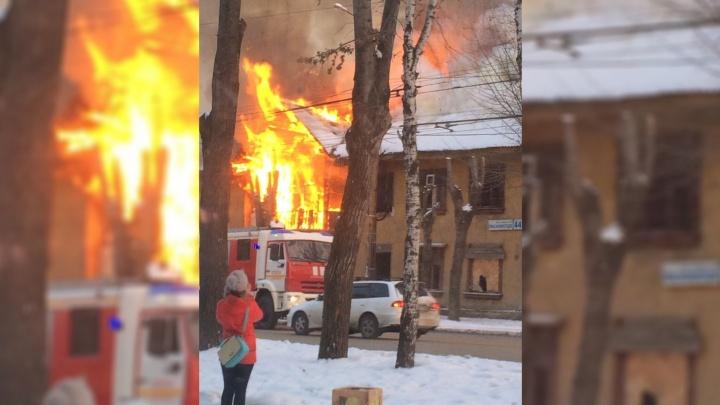 Пламя охватило весь дом: на Эльмаше загорелся двухэтажный барак