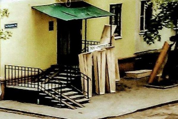 Люди жалуются на гробы в своем дворе