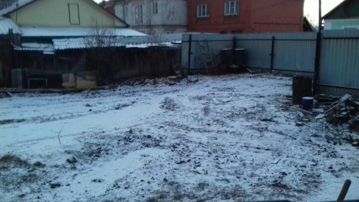 До домов всего пять метров: в Челябинске оператор связи решил поставить 30-метровую вышку в огороде