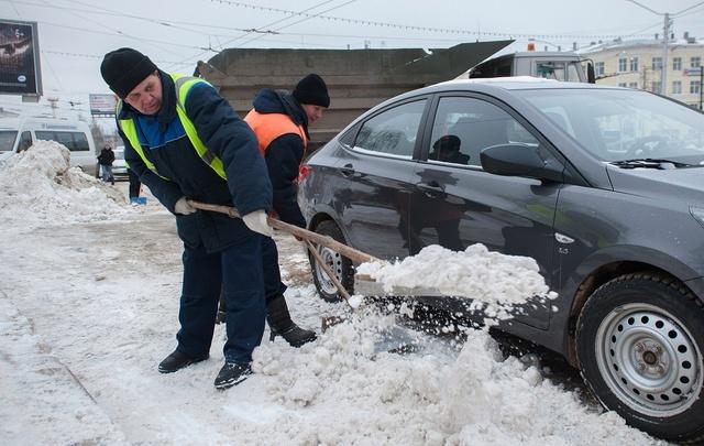 В Уфе продолжают убирать снег