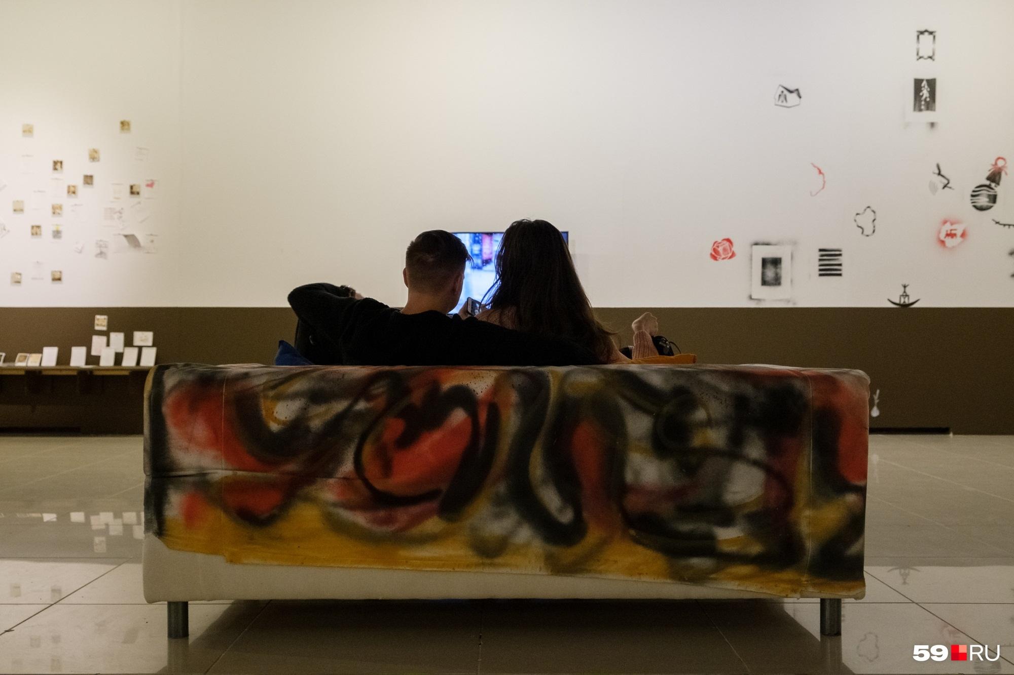 Наслаждаться искусством можно и на диванчике