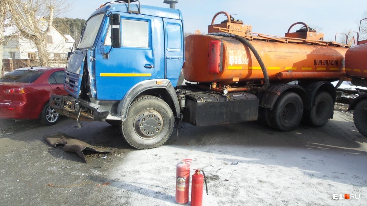 Кабину бензовоза потушили сами водители, не дожидаясь спасателей