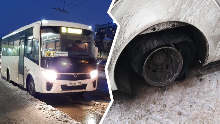 «Ребёнок боится ехать обратно»: у автобуса Ярославль — Рыбинск на ходу оторвало колесо