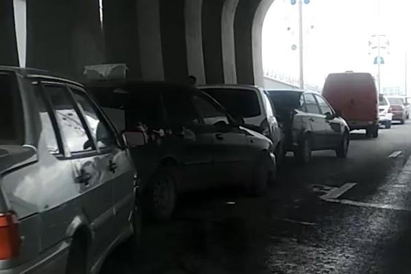Под мостом встретились четыре машины