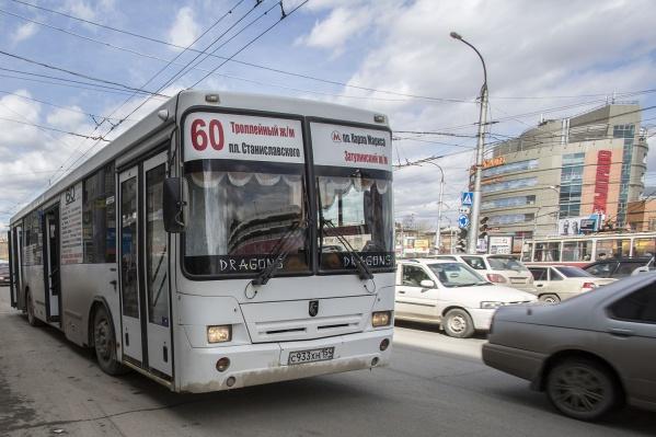 Водителей автобусов часто обвиняют в простоях и штрафуют за высадку пассажиров у ограждения возле остановки