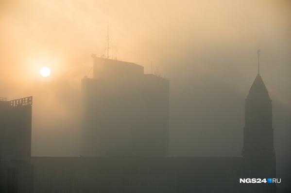 С самого утра город в плотной дымке