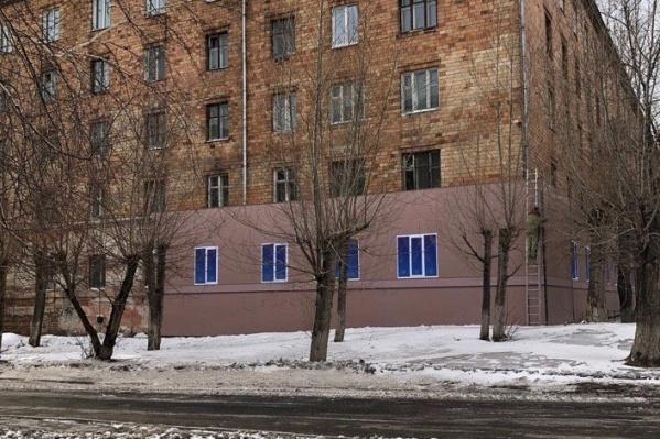 Баннер повесили на общежитии по адресу Борисова, 18