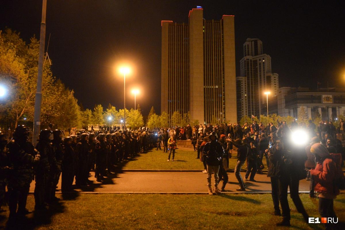 Людей выдавили из сквера на площадь, а потом выгнали и оттуда