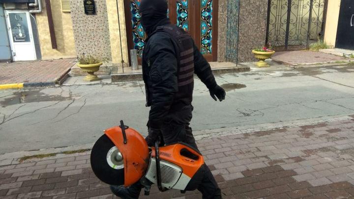 К волонтёру новосибирского штаба Навального нагрянули с обыском сотрудники СК и ждут его под дверью