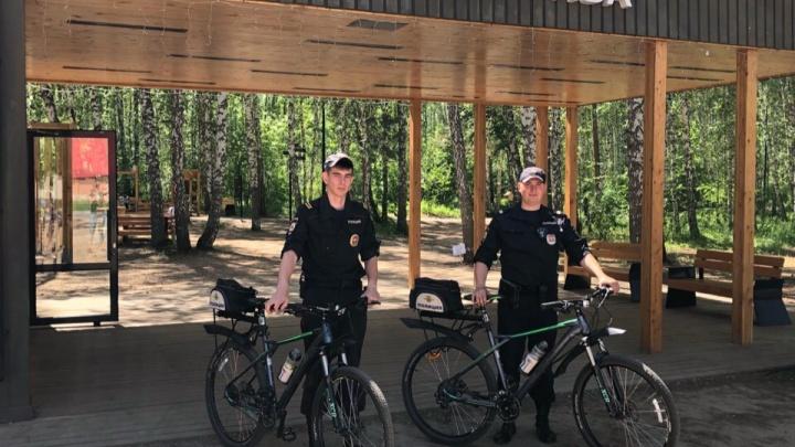 После серии поджогов и дебошей отдыхающих в парке «Гремячая грива» появился полицейский велопатруль