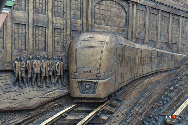 На барельефе прорисованы мельчайшие детали и поездов, и людей