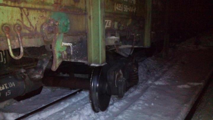 «Вагон снёс электроопору»: на станции Билимбай опрокинулся состав со щебнем