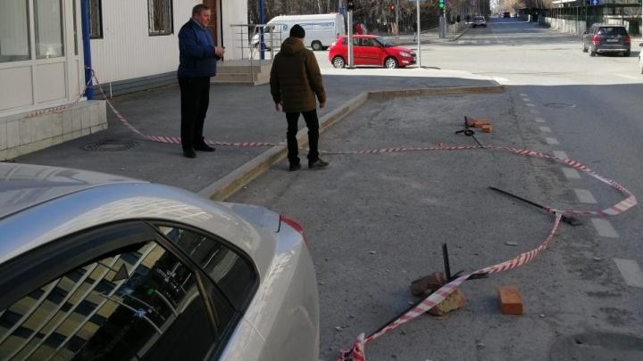 Штукатурка, упавшая с карниза пятиэтажки на Советской, помяла припаркованный автомобиль