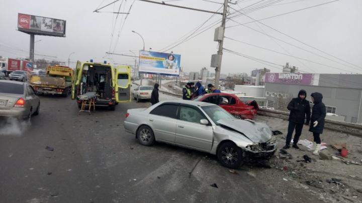 «Тойота» вылетела на встречку на проезде Энергетиков и устроила аварию из трёх машин