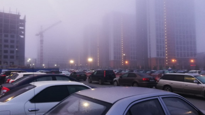 Город в тумане: пытаемся разглядеть дома на снимках с улиц Екатеринбурга