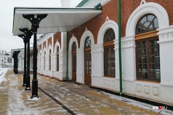 Так сейчас выглядит вход в здание вокзала