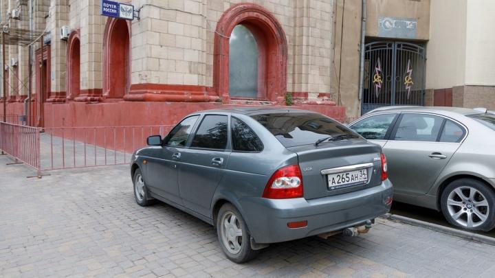 Под деревом на тротуаре: автохамы игнорируют безопасные парковочные места в центре города