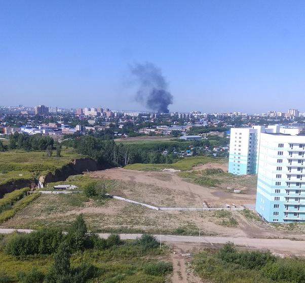 Столб дыма наблюдали сразу в нескольких районах города