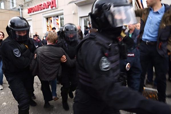 На акции 3 августа задержали 1001 человека в Москве. На архивном фото новосибирский ОМОН задерживает участников протестных акций осенью 2018 года