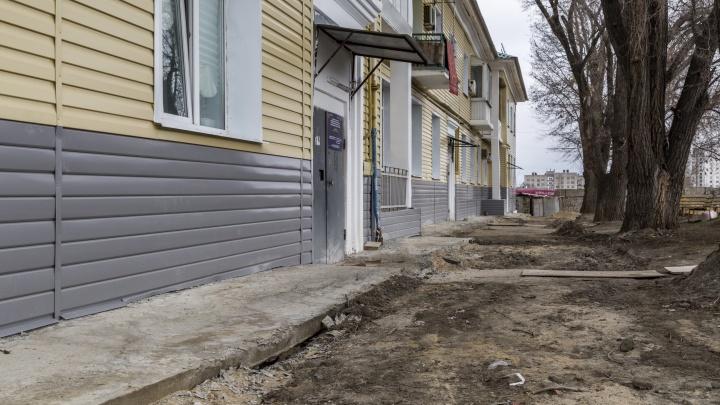 «Не жаловались»: волгоградский фонд капремонта отказался чинить убитый асфальт перед довоенным домом