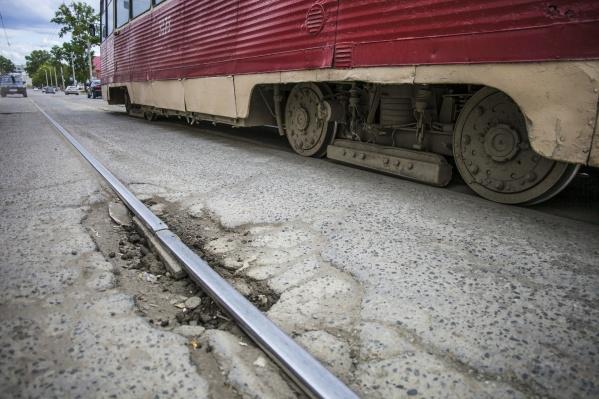 «Хоть какой трамвай поставь, он будет греметь, стучать, неизбежно выйдет из строя»,— охарактеризовал мэр трамвайные пути на улице Мира