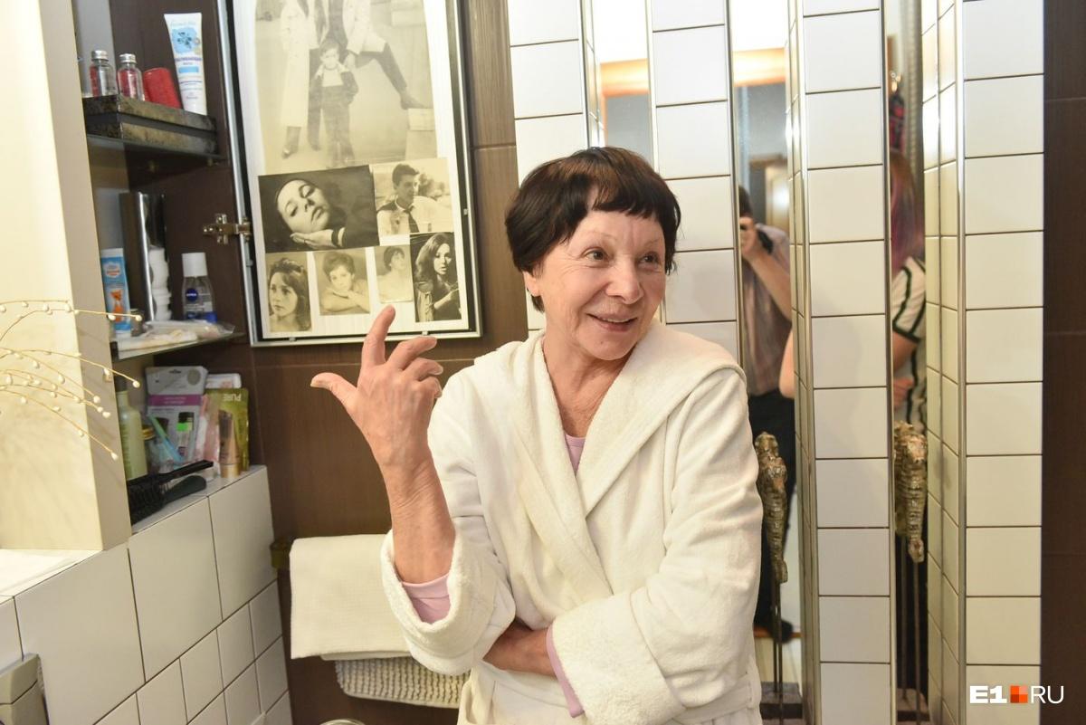 На дверце в ванной комнате у Тамары Васильевны фотографии всех её детей и мужей. Говорит, так все её любимые люди рядом каждое утро
