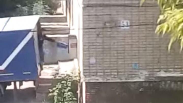 Житель Старой Сортировки снял, как сотрудник «Почты России» выбрасывает из машины коробки
