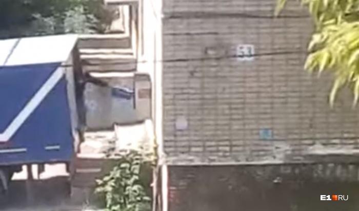 Мужчина выбрасывал коробки и пакеты не выходя из машины