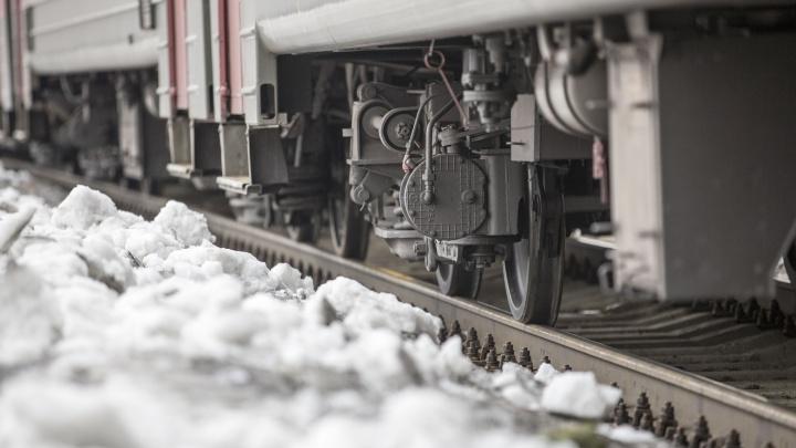 Грузовой поезд сбил мужчину около станции Левая Обь